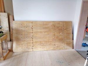 eine rohe Holzplatte aus dem Werkstoff Seekiefer
