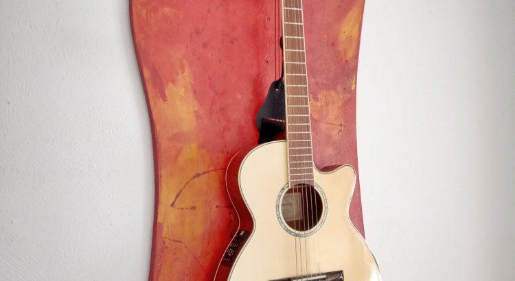 eine Gitarre hängt an der Wand
