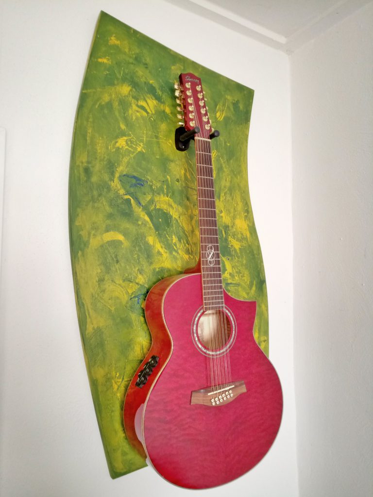 rote Gitarre an der Wand