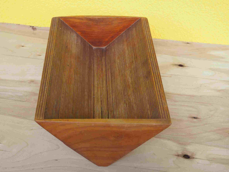 Eine Schale aus Holz in Kirsche und Birke